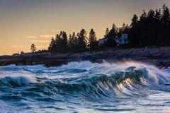 大波浪在从Pemaquid看见的大西洋指向,主要 免版税图库摄影