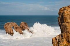 大波浪打破反对岩石的, Urros,坎塔布里亚 免版税库存照片