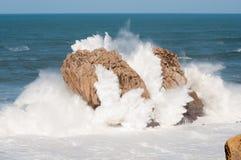 大波浪打破反对岩石的, Urros,坎塔布里亚 库存照片