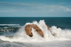 大波浪打破反对岩石的, Urros,坎塔布里亚 免版税库存图片