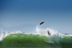 大波浪扔的冲浪者 库存照片