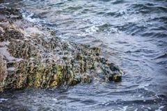 大波浪的冲击反对岩石的 库存照片