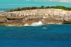大浪挥动碰撞反对人做一个热带海岛的防波堤 图库摄影