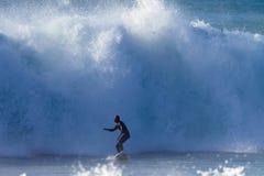 大浪端的白色泡沫冲浪者非洲危险骑马 库存照片