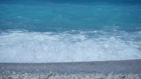 大海和波浪与白色泡沫在地中海 股票视频