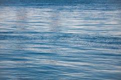 大海地表电波包缠夏天的生气勃勃 免版税库存图片