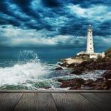 大海浪、灯塔和木头码头 免版税库存照片