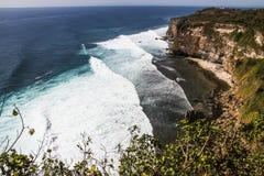 大海浪和峭壁巴厘岛,印度尼西亚看法  库存照片