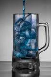 大海涌入了被冰的杯子 免版税库存照片