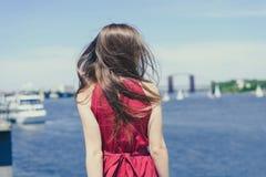 大海秀丽自然天空云彩依靠游览甲板巡航概念 在看法美丽的俏丽的夫人后画象照片抚养  免版税库存照片