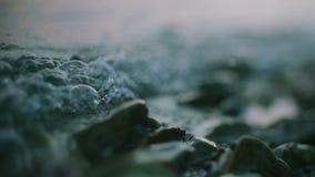 大海表面挥动在石头 股票视频
