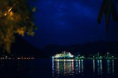 大游轮在亚得里亚海在晚上 免版税库存图片