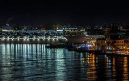 大游轮在哈瓦那,古巴港靠了码头  库存图片