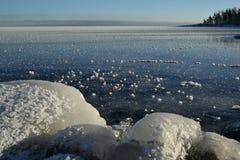 大湖冰川覆盖的岩石结冰的苏必利尔湖 图库摄影