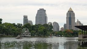 大湖在反对街市摩天大楼的公园 美好的大都会都市风景自白天,和谐  影视素材