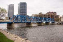 大瀑布城密执安街市市地平线江边桥梁 免版税库存照片