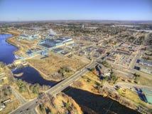 大瀑布城是在一个造纸厂附近被集中的密西西比河的明尼苏达镇 免版税库存图片