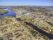 大瀑布城是在一个造纸厂附近被集中的密西西比河的明尼苏达镇 图库摄影