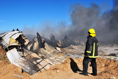 大火在化工厂中 图库摄影