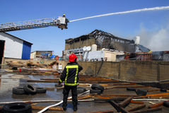 大火在化工厂中 免版税库存图片