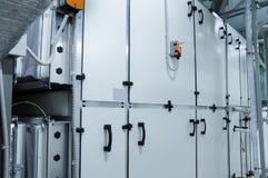 大灰色商业空调器在透气植物屋子 免版税库存图片