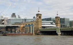 大炮伦敦火车站街道 库存图片