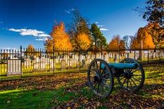 大炮和一座公墓在葛底斯堡,宾夕法尼亚 免版税库存照片