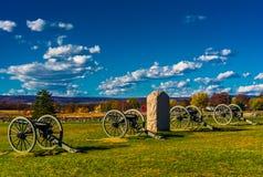 大炮和一座纪念碑在葛底斯堡,宾夕法尼亚 图库摄影
