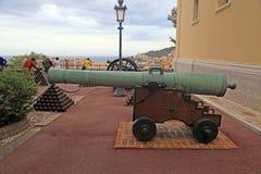 大炮和古炮炮弹临近王宫,摩纳哥 图库摄影