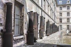 大炮在奥赛博物馆的庭院里  库存图片