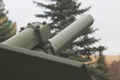 大炮桶强有力与在背景,现代军队火炮,军事产业的天空 免版税库存照片