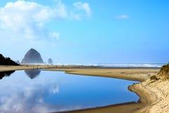 大炮海滩,俄勒冈在一蓝天天 图库摄影