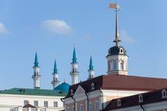 大炮围场塔的尖顶在大厦喀山复合体的  库存照片