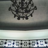 大烛台和栏杆剪影在一个教会的一块灰色天花板在Monte玛丽亚,八打雁省,菲律宾 库存照片