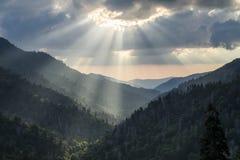 大烟山Gatlinburg TN太阳发出光线日落 库存照片