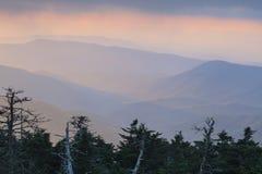 大烟雾弥漫的山脉 图库摄影