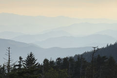 大烟雾弥漫的山脉 库存图片