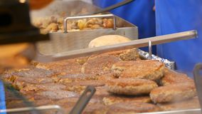 大烤汉堡炸肉排在街道报亭柜台被卖  许多煮熟的丸子在柜台  股票视频