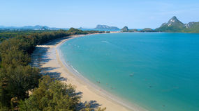 大热带海滩海湾在泰国 免版税库存照片