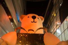 大熊雕象和光装饰美丽在圣诞树 图库摄影