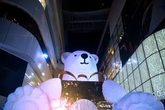 大熊雕象和光装饰美丽在圣诞树 免版税库存照片