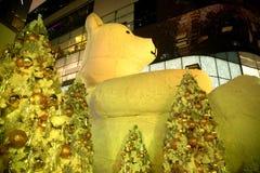 大熊雕象和光装饰美丽的圣诞树 库存图片
