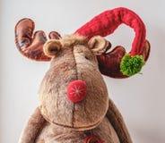 大爱拥抱驯鹿圣诞节玩具,装饰 免版税库存照片