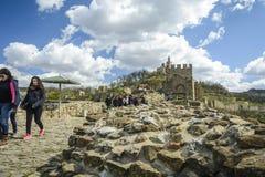 大特尔诺沃,保加利亚, 2015年4月04日,与保留门的狮子的tsarevets堡垒入口 库存照片