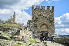 大特尔诺沃,保加利亚, 2015年4月04日,与保留门的狮子的tsarevets堡垒入口 免版税图库摄影