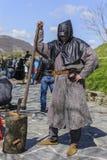 大特尔诺沃,保加利亚, 2015年4月04日,采取姿势和做游人的错误刽子手展示在中世纪市场 免版税库存照片