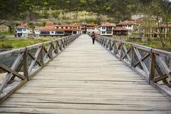 大特尔诺沃,保加利亚, 2015年4月05日, :少妇十字架主教` s桥梁,这是一个250岁木桥, iconi 库存图片