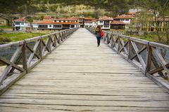 大特尔诺沃,保加利亚, 2015年4月05日, :少妇十字架主教` s桥梁,这是一个250岁木桥, iconi 库存照片