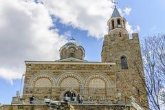 大特尔诺沃,保加利亚, 2015年4月04日:参观tsarevets堡垒的教会的游人在大特尔诺沃 免版税库存照片