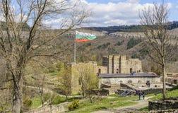 大特尔诺沃,保加利亚, 2015年4月04日:游人参观tsarevets堡垒的废墟的小组在大特尔诺沃 免版税库存照片